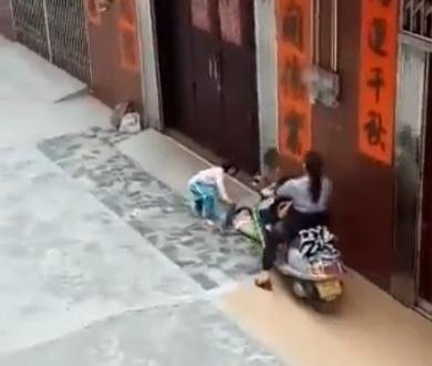 Image of: Cat Bureau Said On January That It Wasnt Sure If The Woman Had Truly Crushed The Boys Legs As The Crush Happened On Blind Corner In The Video Shanghai Daily Video Of Woman On Motorcycle Crushing Kids Legs Goes Viral